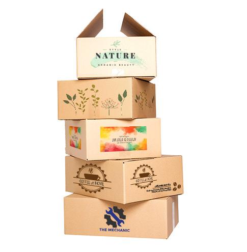 Stapel bedruckter Kartons mit vielfältigen Logos